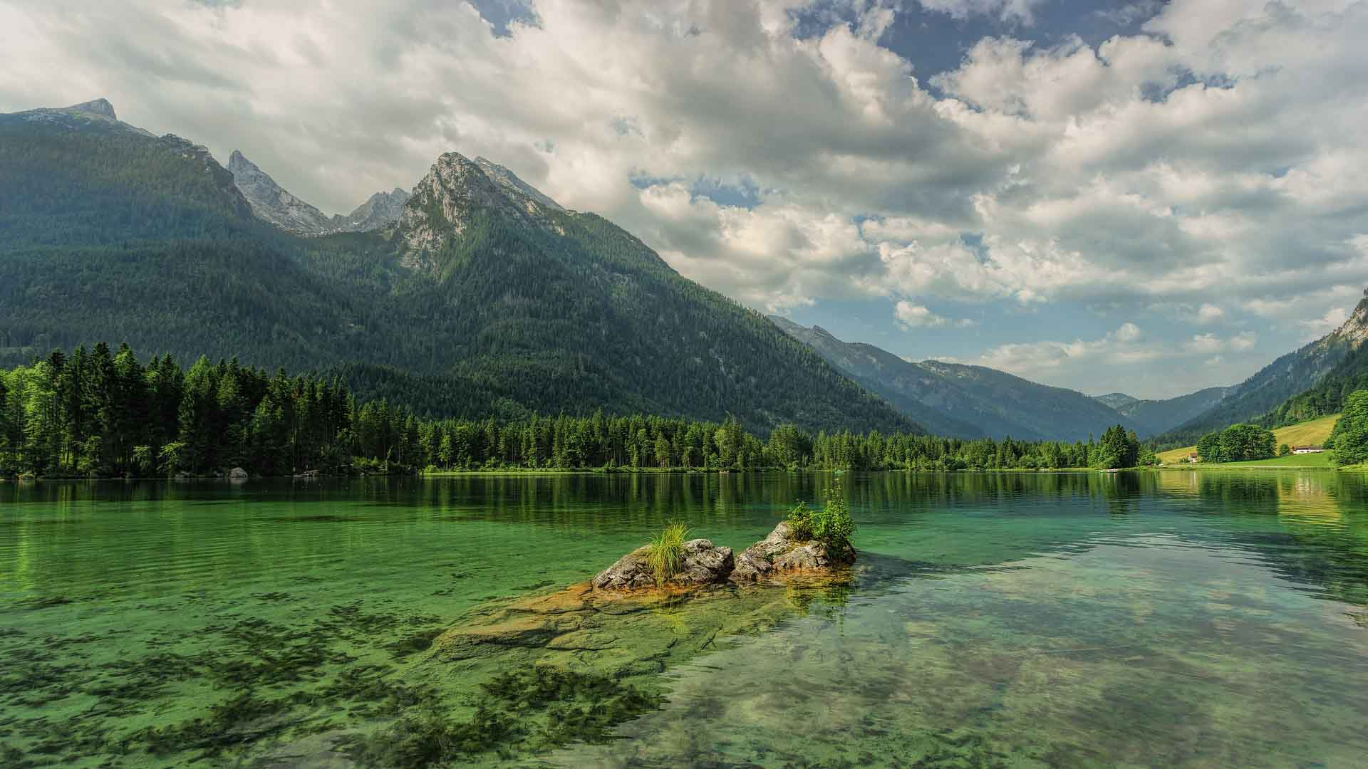 Beautiful picture of a lake with mountains behind it eco-friendly climber